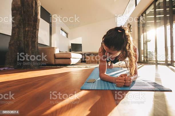 Woman Exercising And Looking At Her Mobile Phone Stockfoto und mehr Bilder von Aktiver Lebensstil