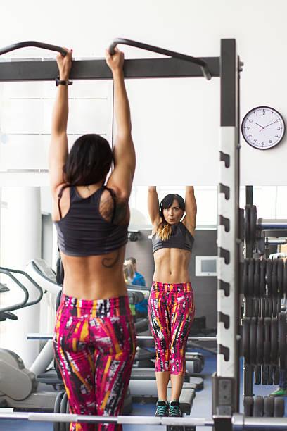 Kobieta ćwiczyć na siłowni – zdjęcie