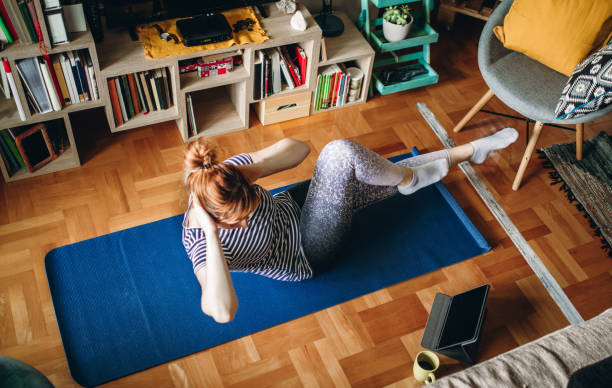 Frau trainiert zu Hause – Foto
