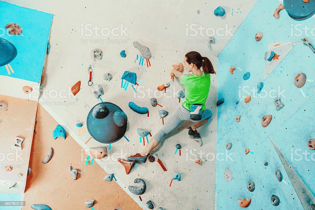 Frau Training in der Kletterhalle – Foto