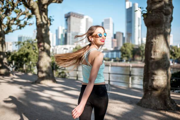 woman exercising in frankfurt city - young woman running city imagens e fotografias de stock
