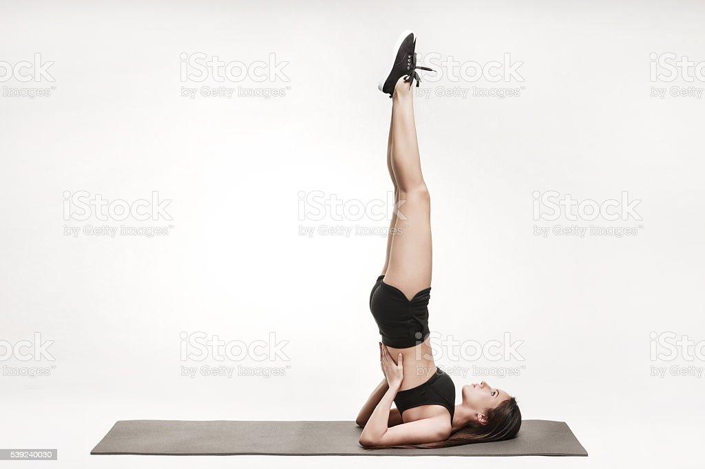 Mujer ejercicio en mate foto de stock libre de derechos