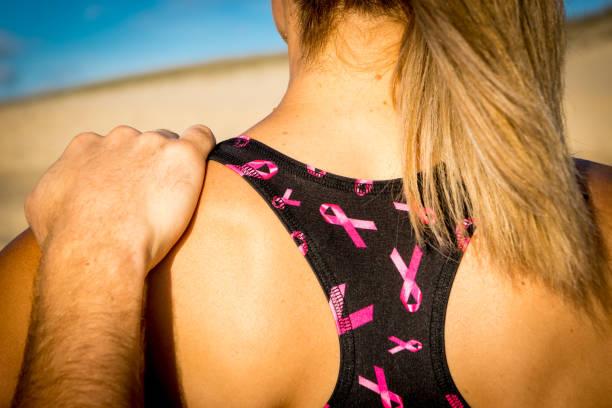 vrouw uit te oefenen op het strand - foto's van hands stockfoto's en -beelden