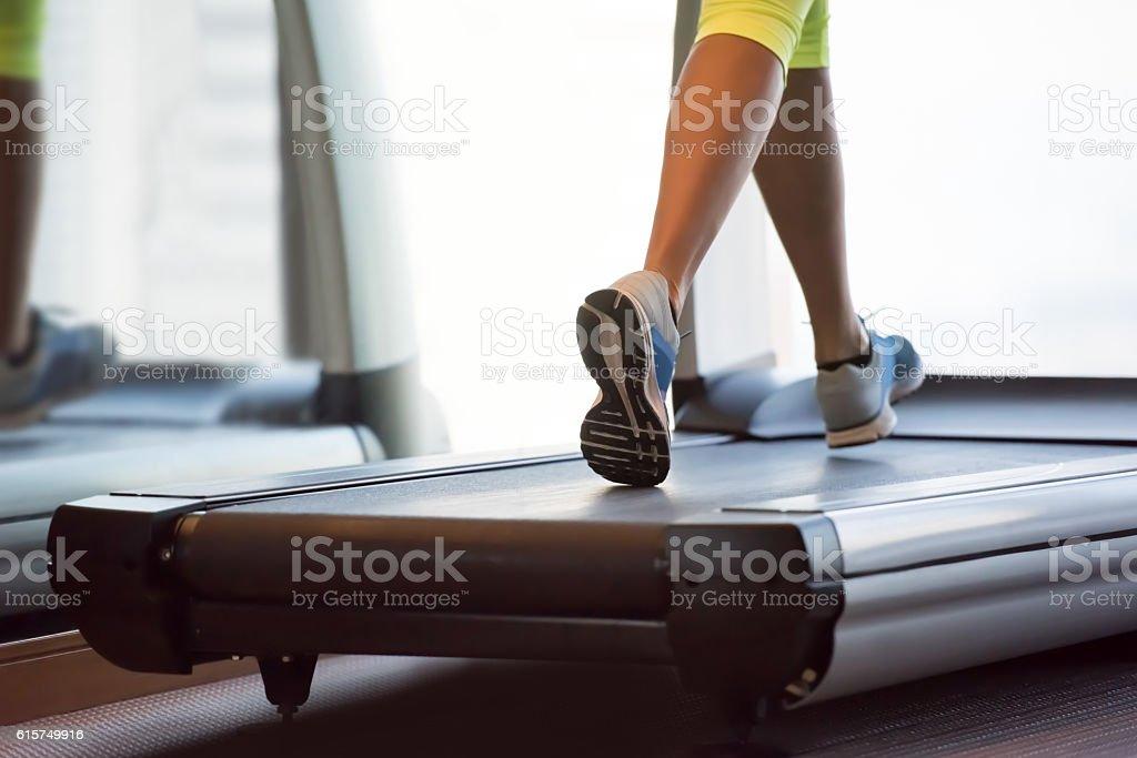 Frau Training auf dem Laufband  – Foto