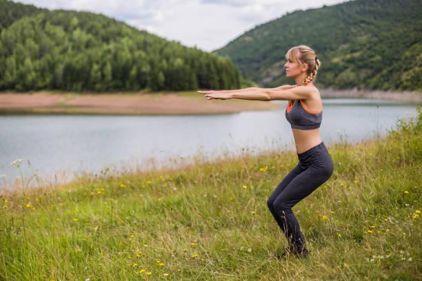Frau trainiert im Freien – Foto