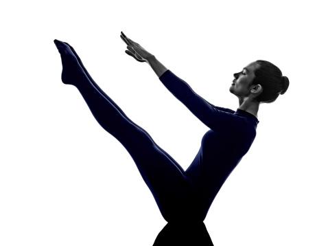 photo libre de droit de femme exercice yoga paripurna
