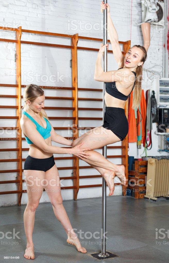Photo Libre De Droit De Femme Exercice De Pole Dance Avec