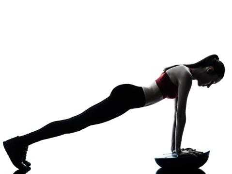 Mujer Ejercicio Push Ups Entrenamiento De Bola Entrenadoras De Equilibrio Foto de stock y más banco de imágenes de Adulto