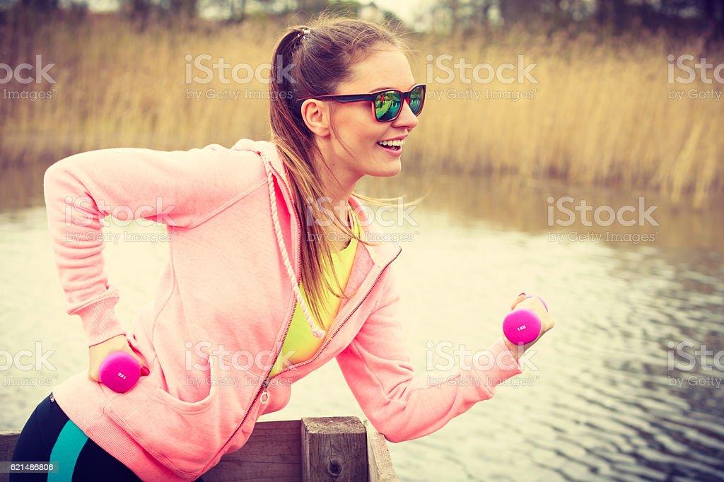 Frau Trainieren mit Hanteln im Freien Lizenzfreies stock-foto