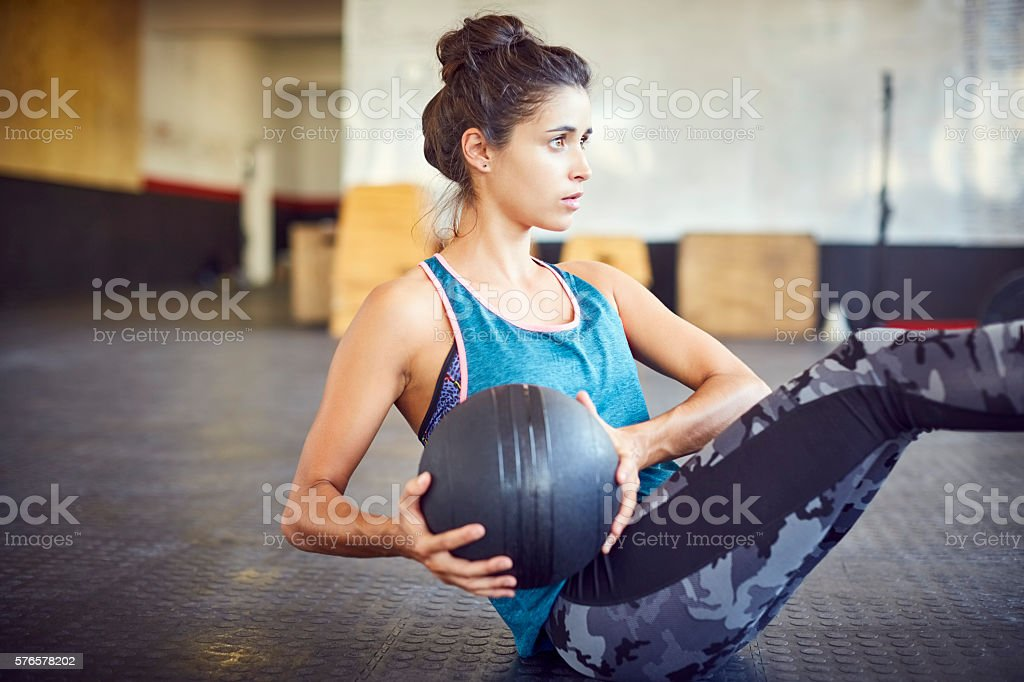 Woman exercising with medicine ball in gym – Foto