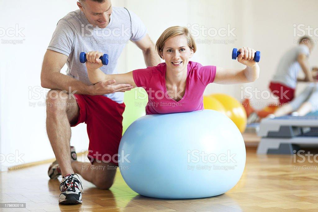 Frau Training mit personal trainer - Lizenzfrei Aktiver Lebensstil Stock-Foto