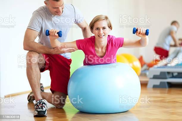 Frau Training Mit Personal Trainer Stockfoto und mehr Bilder von Aktiver Lebensstil