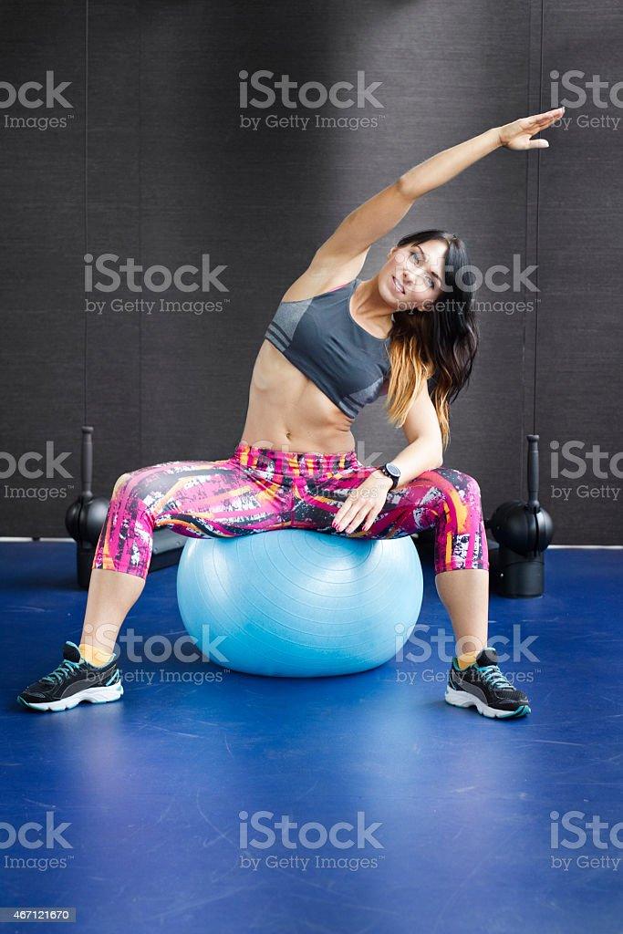 Kobieta z ćwiczenia Piłka stabilizacyjna – zdjęcie