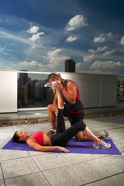 frau, die training mit trainer auf dem dach - bein tag routine stock-fotos und bilder