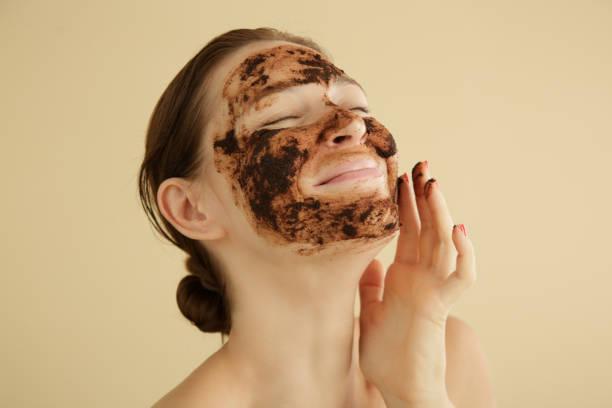 Frau Peeling Gesicht mit einem Kaffee Peeling, Studio-Aufnahme. – Foto