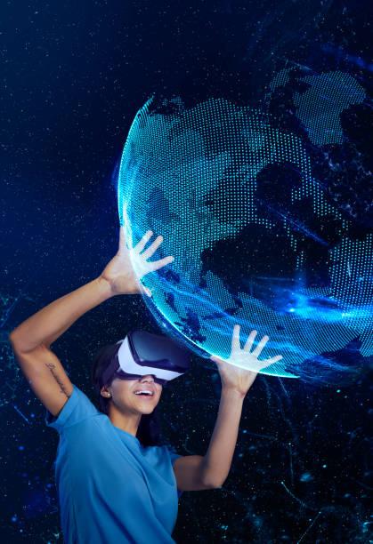Mujer de explorar la realidad virtual. Sosteniendo el modelo holográfico de la tierra - foto de stock