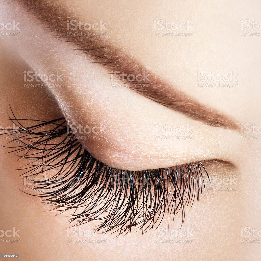 Occhio di donna con lunghe ciglia estremamente foto stock royalty-free
