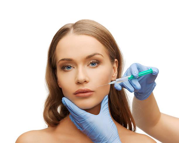 Frau Gesicht und Kosmetikerin Hände mit Spritze – Foto