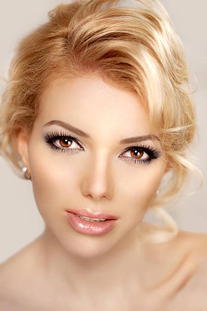 여성 얼굴 클로즈업. 매우 젊은 트렌디한. TM 스톡 사진