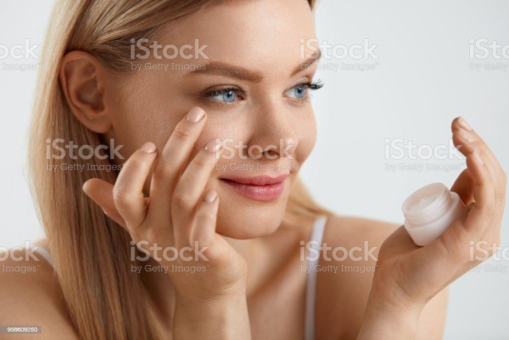 Frau Gesicht Haut Kosmetik. Mädchen Anwendung Creme unter den Augen – Foto