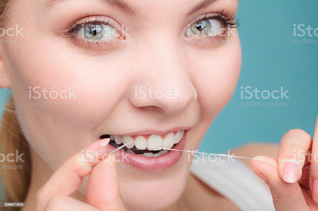 Frau Gesicht Lächeln mit Zahnseide. - Lizenzfrei Bürsten Stock-Foto