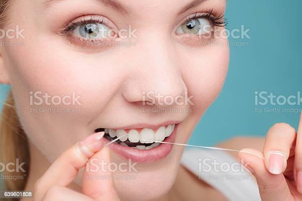 Frau Gesicht Lächeln Mit Zahnseide Stockfoto und mehr Bilder von Bürsten