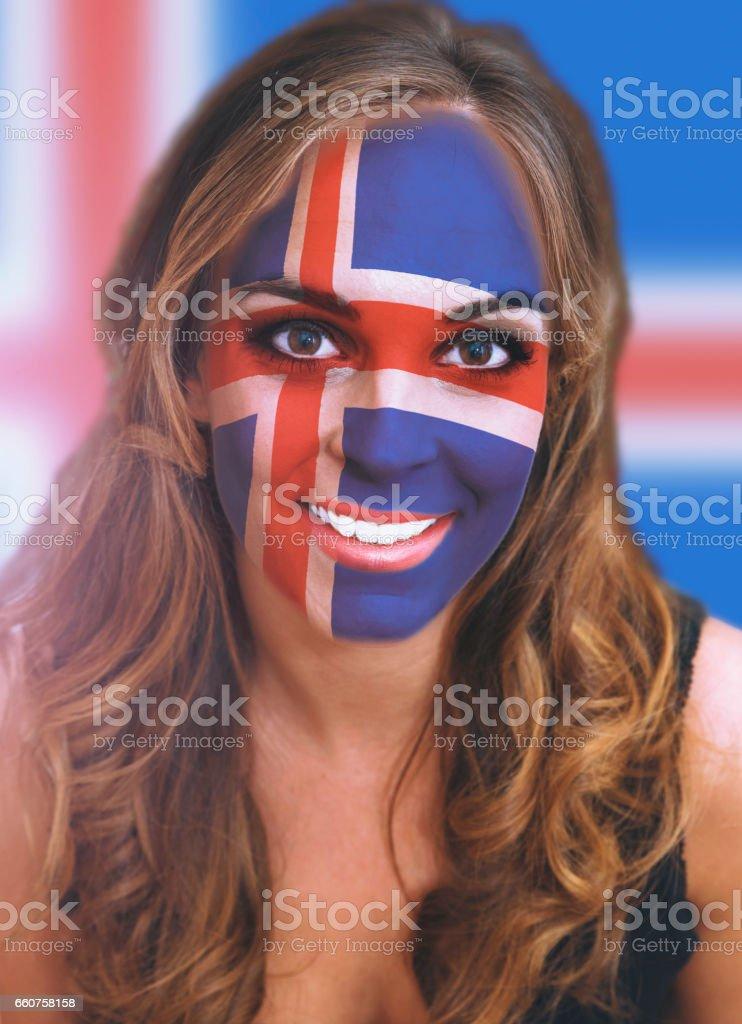 Rosto de mulher com bandeira pintada da Islândia - foto de acervo