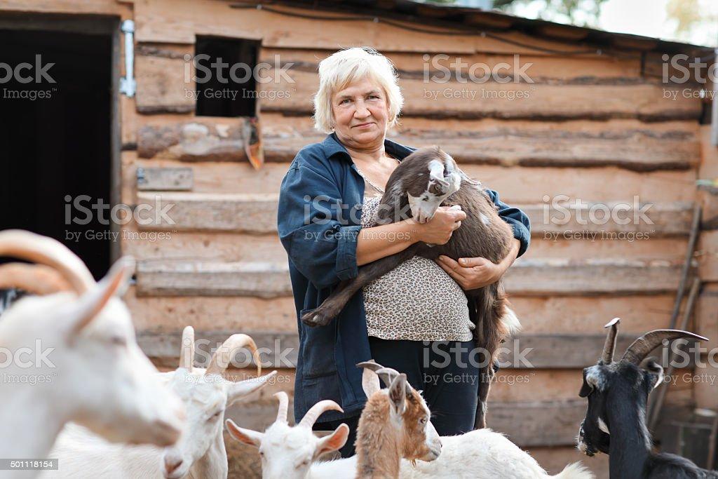 Femme agriculteur avec chèvres - Photo