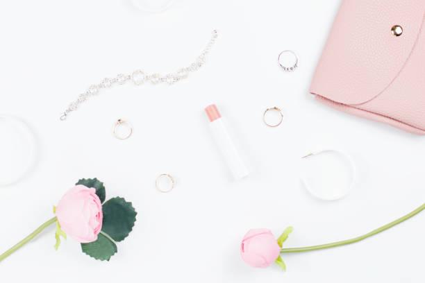 frau-mode-accessoires flach lag, mode-blog-konzept. - ohrringe rose stock-fotos und bilder
