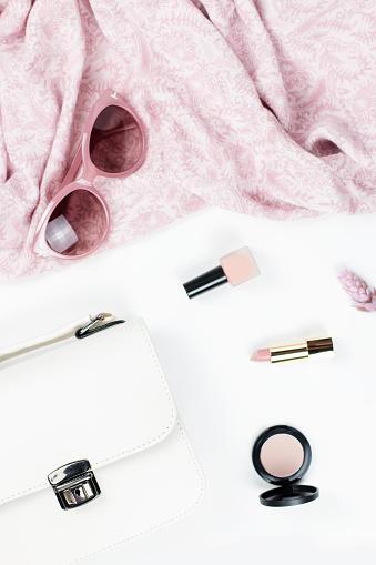 여자 패션 및 뷰티 액세서리지갑 선글라스 스카프 화장품 봄 개념 패션 컬렉션입니다 0명에 대한 스톡 사진 및 기타 이미지