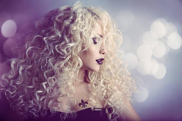 frau portrait mode schönheit modell mädchen frisur, blondes lockiges haar - dauerwelle stock-fotos und bilder
