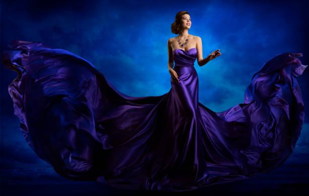 frau mode kleid, blauen kleid fliegen winken seidenstoff - abendkleid lang blau stock-fotos und bilder