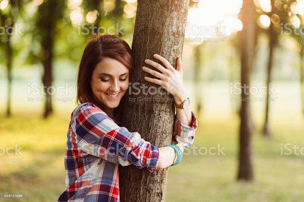 Frau voller Energie unter Natur – Foto