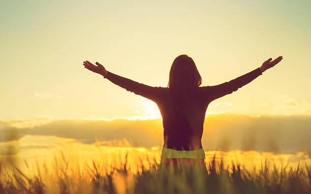 woman feeling free in a beautiful natural setting - gott sei dank stock-fotos und bilder