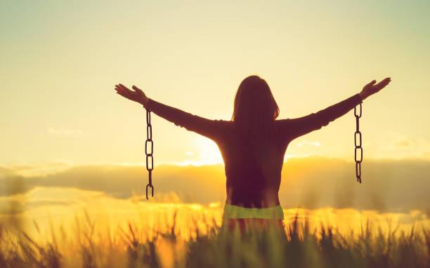 kobieta czuje się wolna w pięknym otoczeniu przyrody. - bóg zdjęcia i obrazy z banku zdjęć