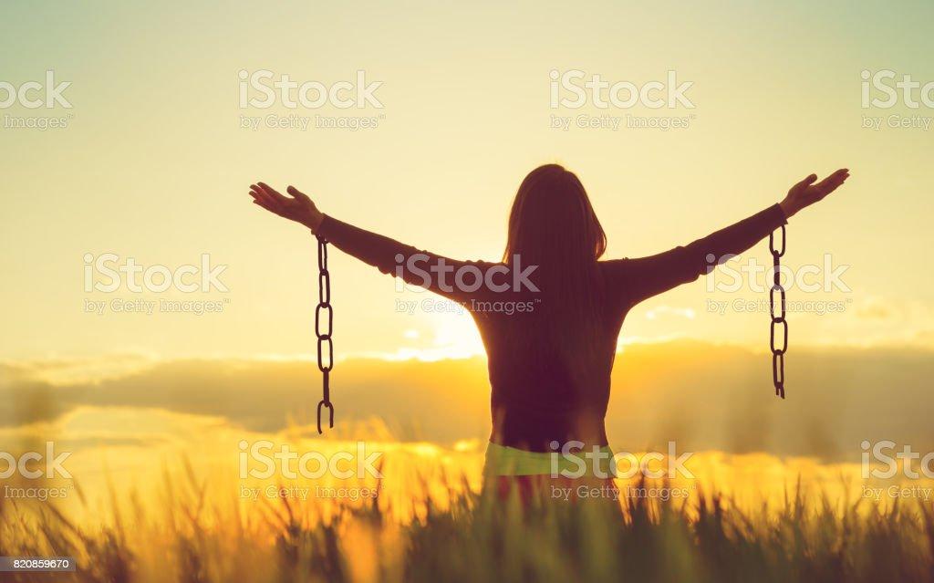 Mulher se sentir livre em um bonito cenário natural. - foto de acervo