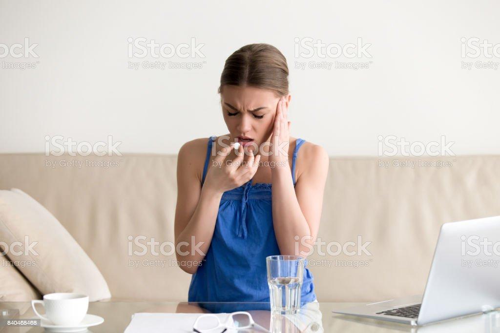 Frau Gefühl Kopfschmerzen und trinken Pille zu Hause – Foto