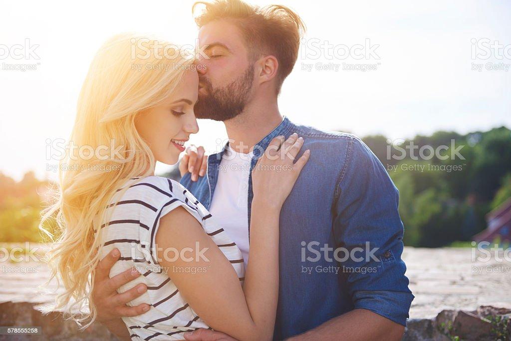 Woman feeling safe in he man's arms - foto de stock