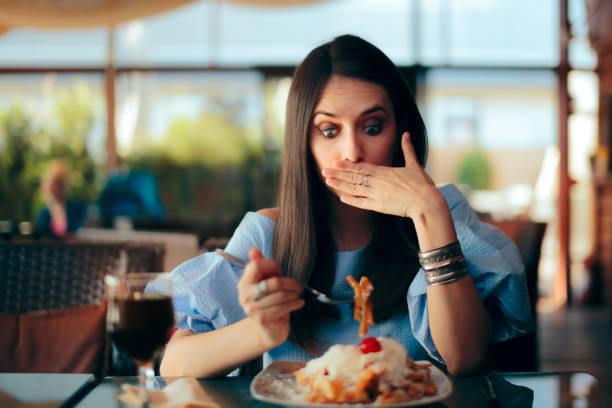 Frau fühlt sich krank, wenn sie riesige Mahlzeiten schüren – Foto