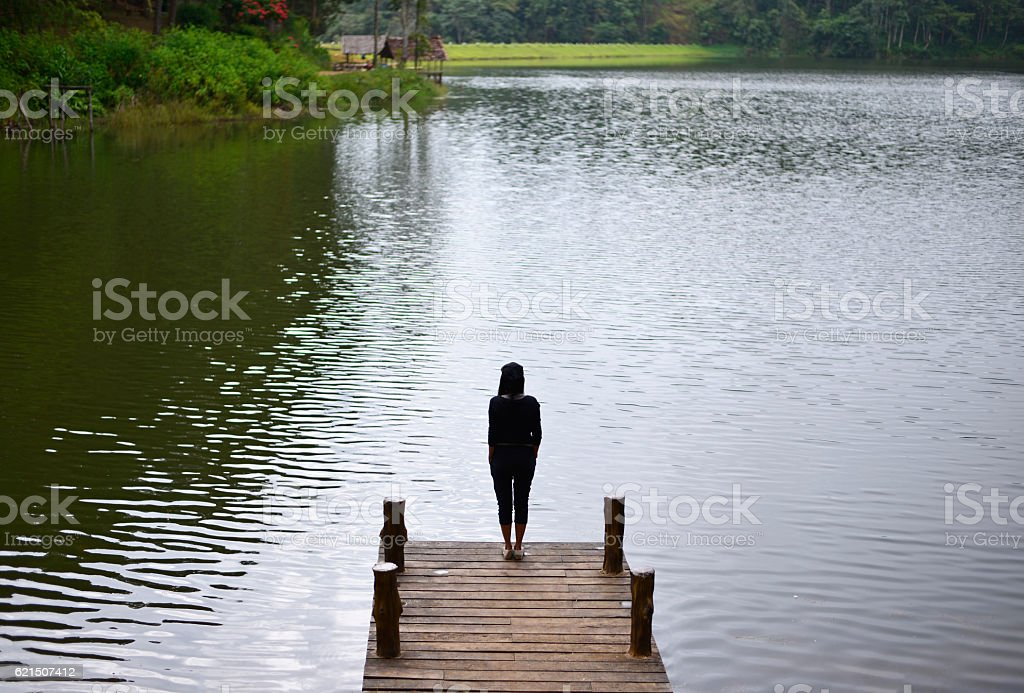 Woman feeling victorious facing on the bridge foto stock royalty-free