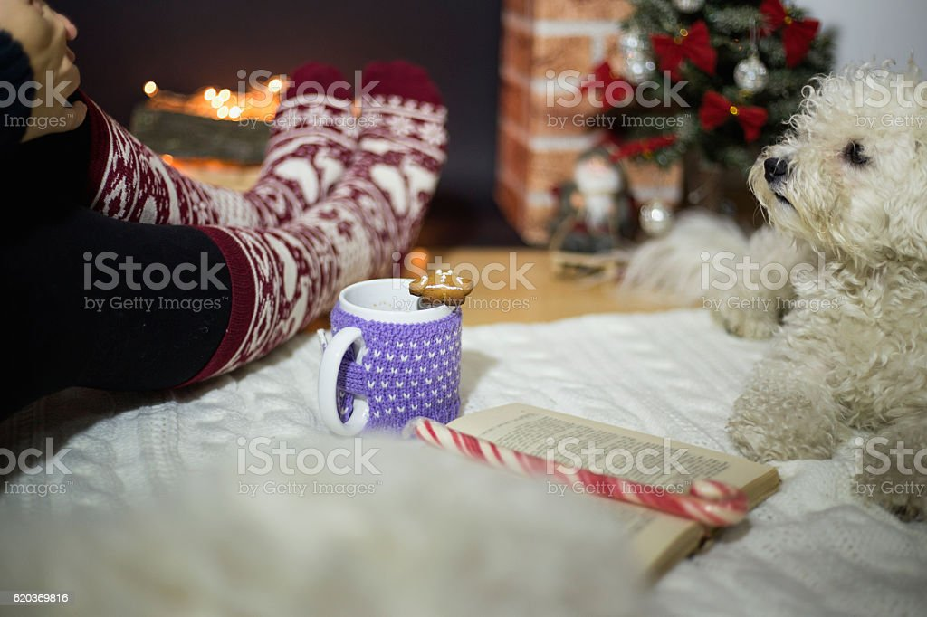Woman feet near the cup of hot drink foto de stock royalty-free
