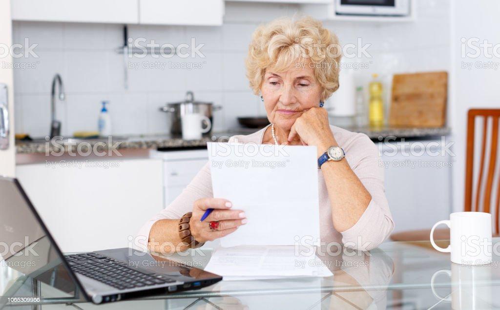 Mulher enchendo de documentos - foto de acervo
