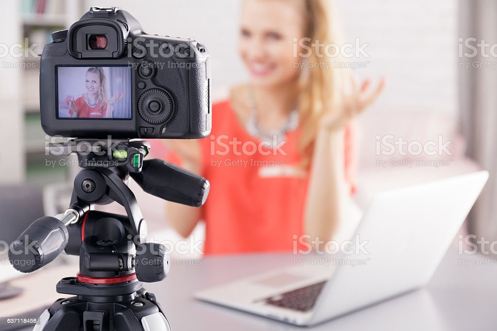 Woman filming her broadcast - foto de stock