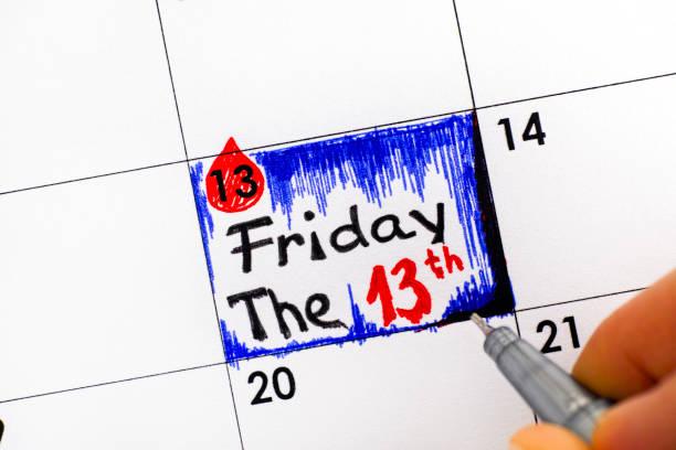 frau finger mit stift schreiben erinnerung im kalender friday the 13th. - freitag der 13 stock-fotos und bilder