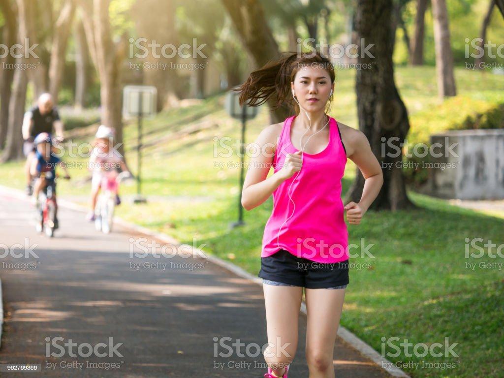 Concept Extérieure De Fitness Femme Femmesport Belle Jeune Asiatique ... 9f6df81ea9e