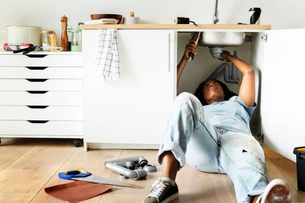 frau befestigung küchenspüle - rawpixel woman stock-fotos und bilder