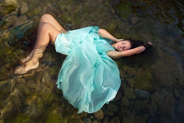 frau entspannen in strand wasser - meerjungfrau kleid stock-fotos und bilder
