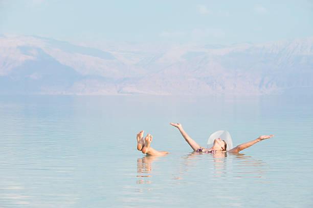 kobieta pływające w morze martwe. - morze martwe zdjęcia i obrazy z banku zdjęć