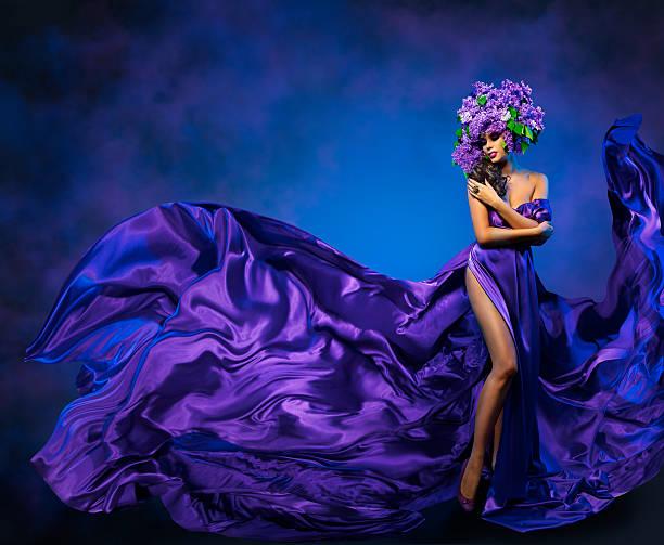 frau blume kleid mit fliegenden stoff, schönheit mode modell lila krone - abendkleid lang blau stock-fotos und bilder