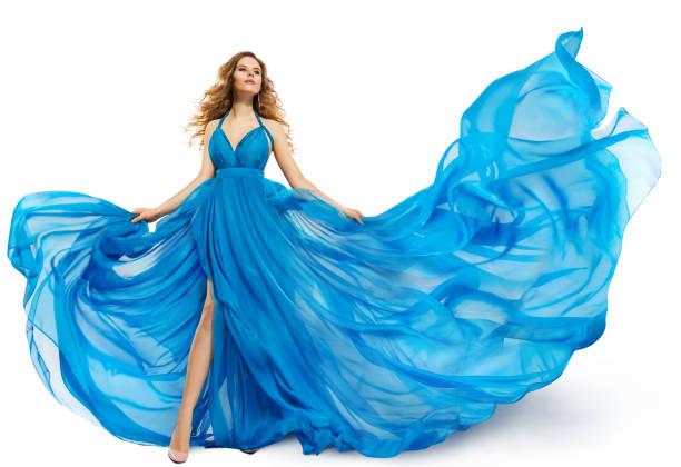 frau fliegen blaues kleid, art und weisemodell tanzen in langen wehenden kleid, flatternden stoff weiß isoliert - abendkleid lang blau stock-fotos und bilder
